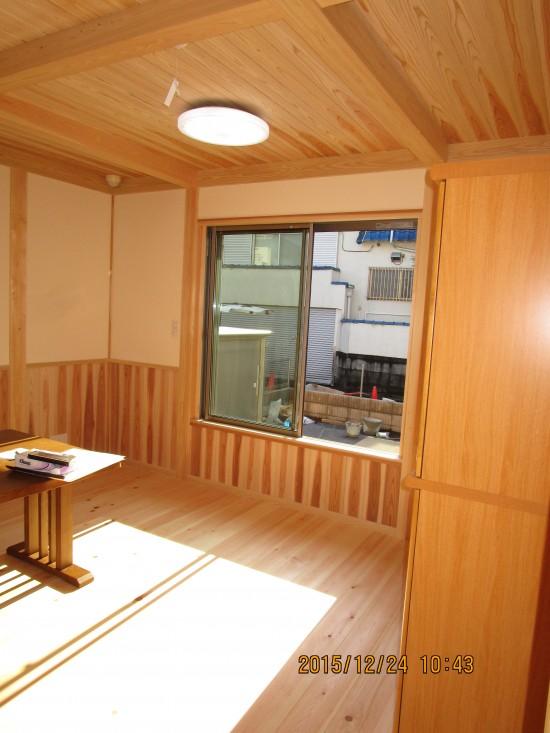 リビング:杉のフローリング・床暖房・漆喰壁